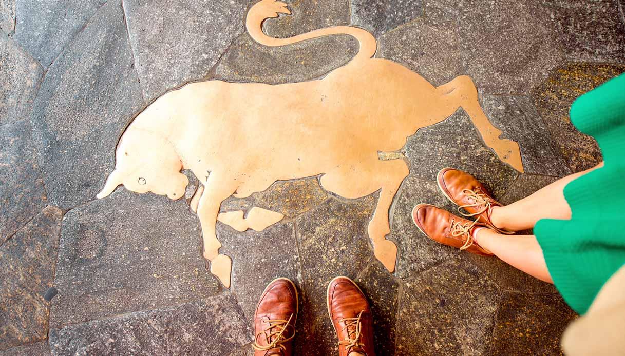 Storia del toro più famoso (e calpestato) d'Italia: tra riti scaramantici e simbolo forza