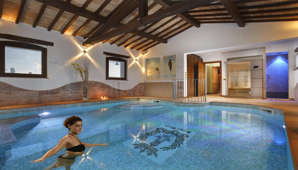 Gli Hotel Italiani Con La Piscina In Camera Per Una Notte Davvero Da Sogno Siviaggia