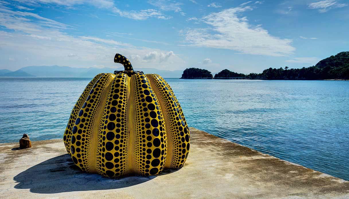 Cosa ci fa una zucca gigante in riva al mare? Alla scoperta dell'isola di Naoshima