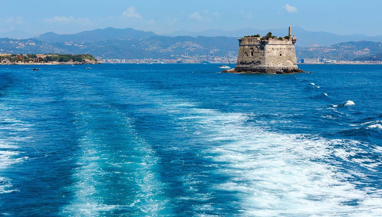 Scola, storia della torre solitaria che emerge dal mare
