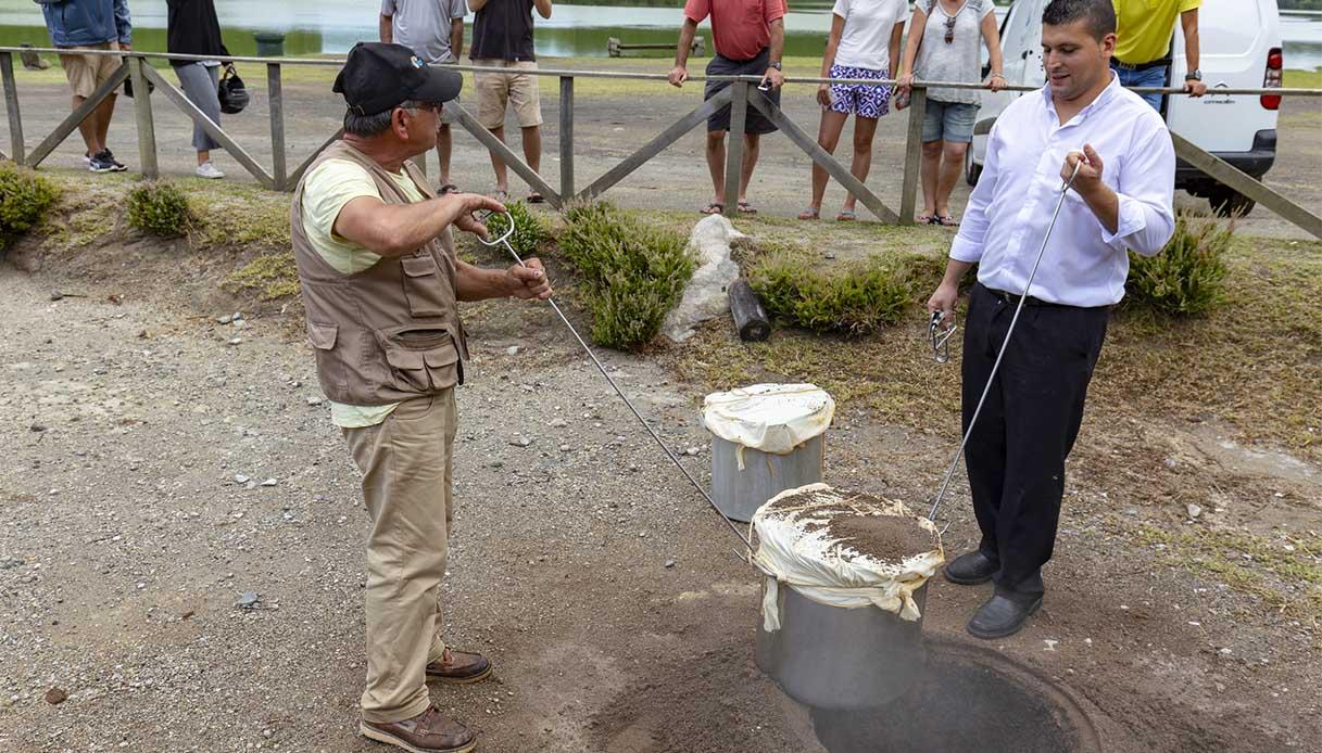 Nelle Azzorre, puoi cucinare la tua cena all'interno di un vulcano