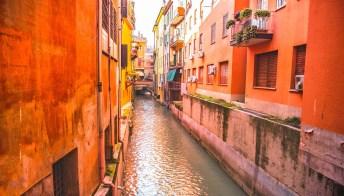 Bologna come una piccola Venezia: basta aprire una finestrella per scoprire un mondo magico