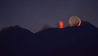 La Luna bacia l'Etna: lo scatto è da applausi