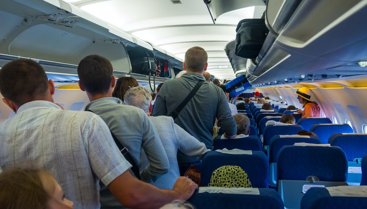 passeggeri in piedi in aereo