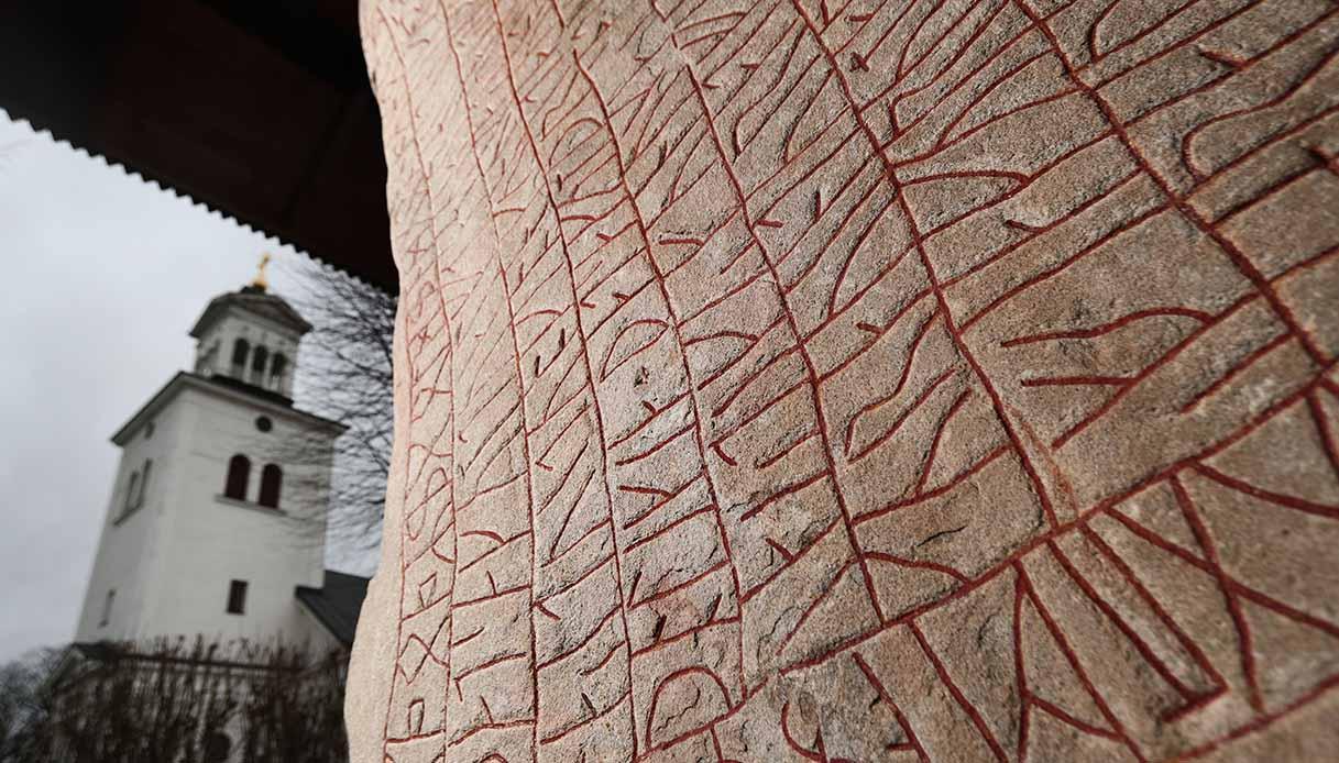 La splendida pietra miliare Rök in Svezia è stata tradotta. Questa è la sua storia
