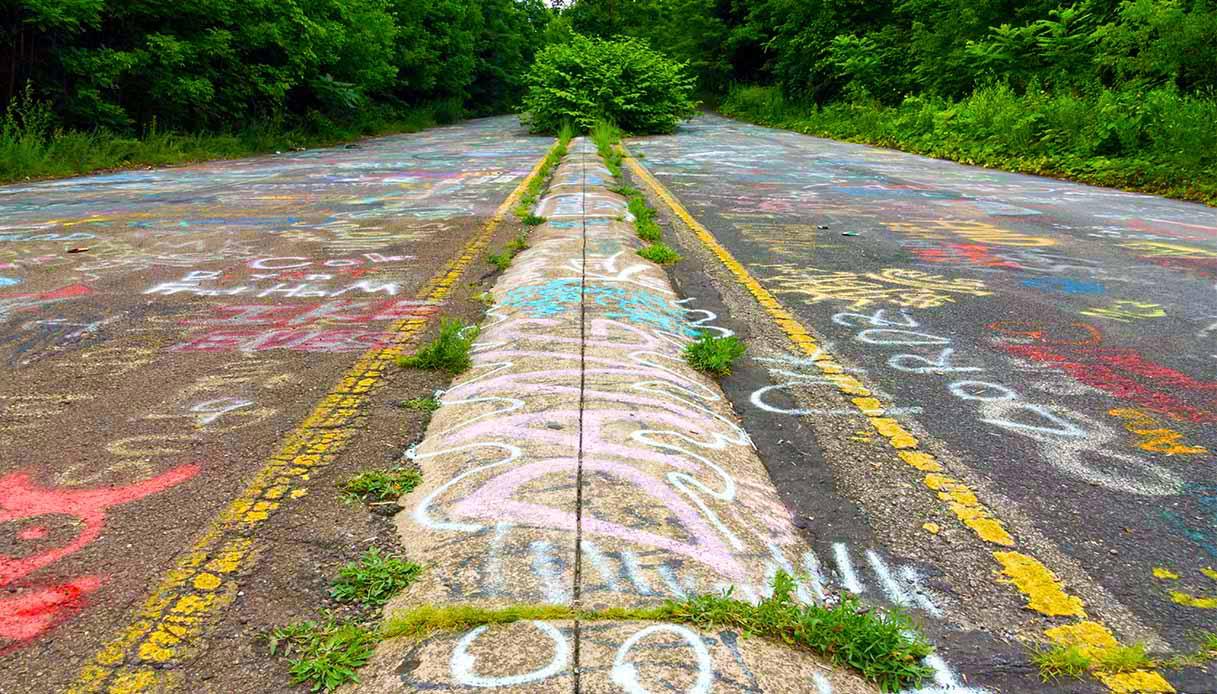 L'autostrada abbandonata torna a vivere con i graffiti. Ed è bellissima