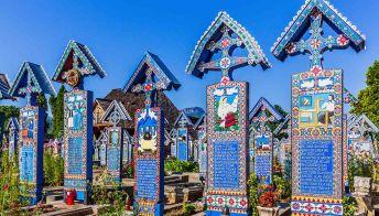 """Romania: il """"cimitero allegro onora"""" i defunti con frasi e poemi comici"""