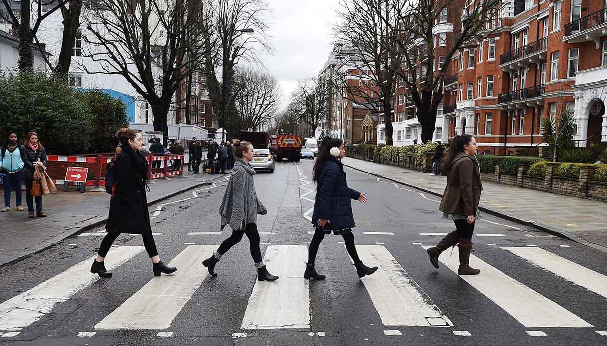 a Londra hanno finalmente ridipinto le strisce pedonali dei Beatles