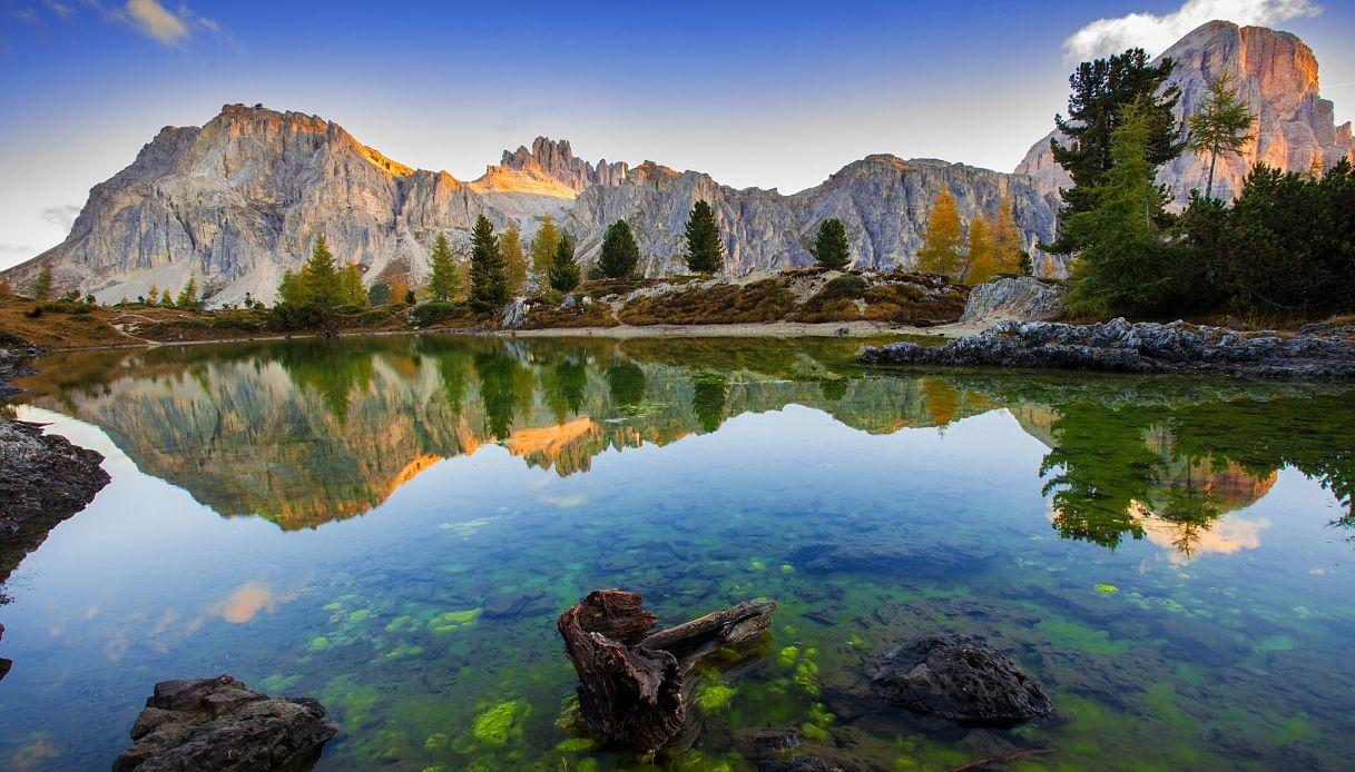 Vista del lago Limides e il Monte Lagazuoi, Dolomiti - Italia