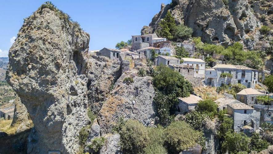 Pentadattilo, il bellissimo borgo su una roccia a forma di mano