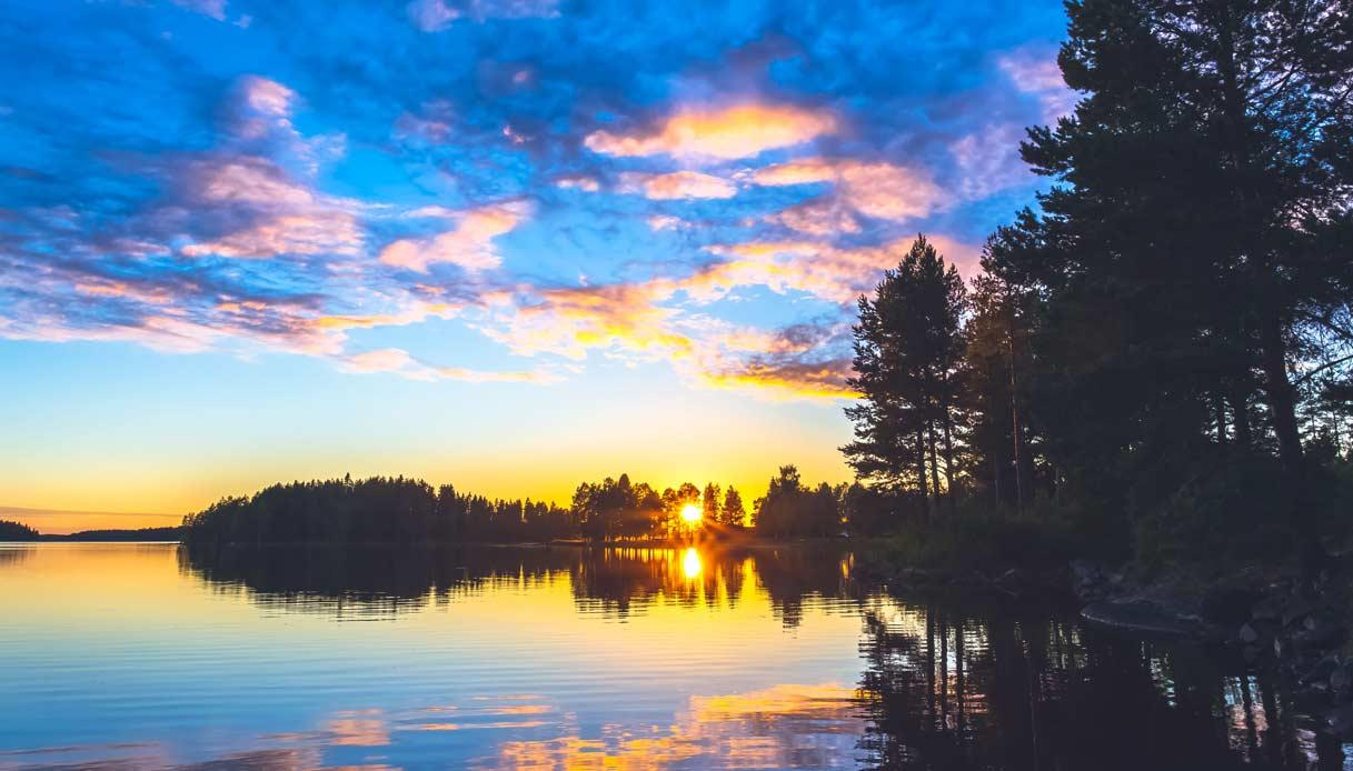 finlandia-solstizio-estate-sole-mezzanotte