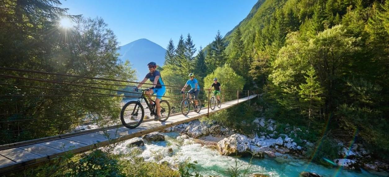 Bikers sul ponte tibetano
