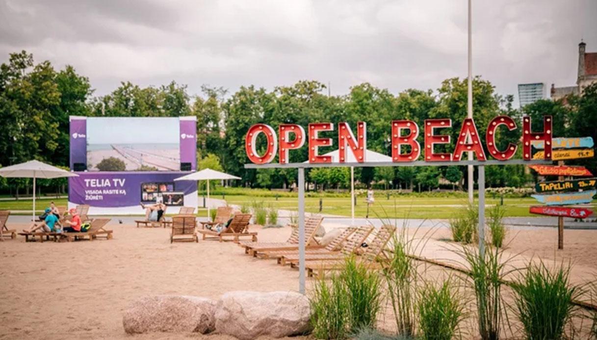 Onde sul maxi schermo, lettini e ombrelloni: la spiaggia urbana in Lituania