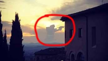Assisi, la nuvola a forma di San Francesco fa il giro del web
