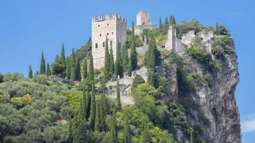 Il castello di Arco, in cima a un imponente scoglio roccioso