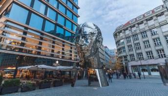 Praga: le metamorfosi di Kafka rivivono in questa scultura