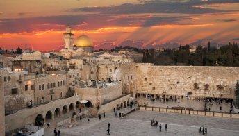 Israele: messaggi da tutto il mondo inseriti nel Muro del Pianto