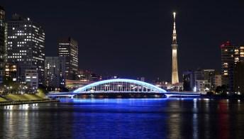 Tokyo: la torre più alta del mondo si illumina dei colori della torcia olimpica