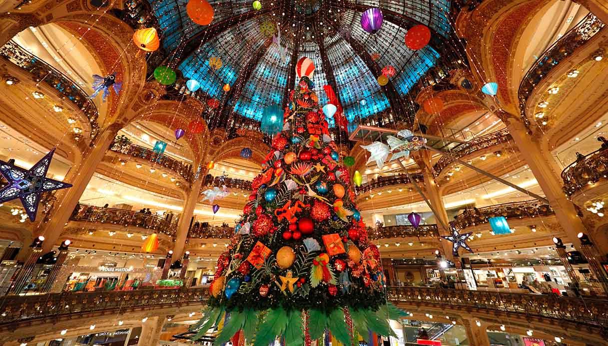 Albero di Natale allestito all'interno delle Galeries Lafayette