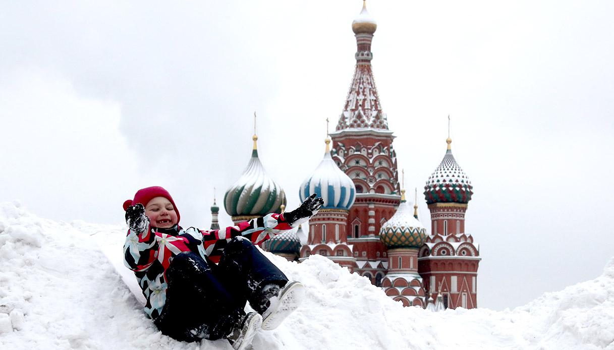 Bambini giocano sulla neve a Mosca