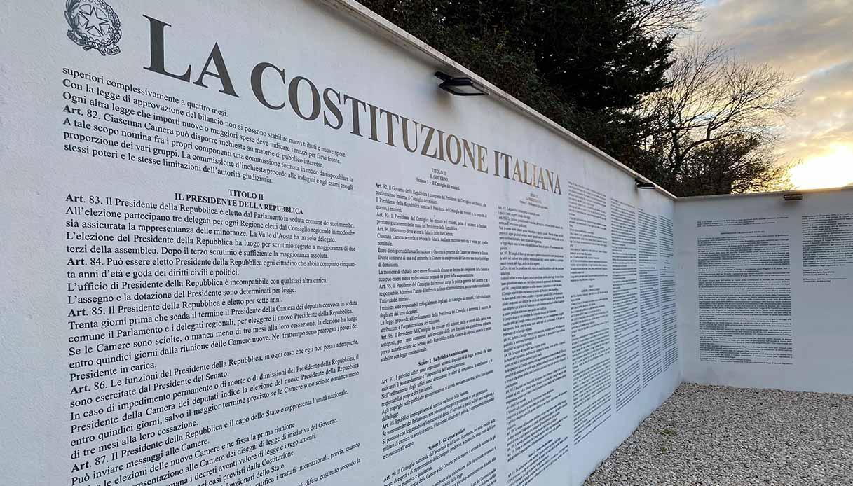 Costituzione Italiana scritta sul muro