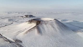 La neve si deposita sui crateri spenti del Chahar: le fotografie sono incredibili