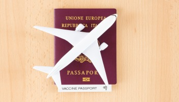 Il passaporto vaccinale è realtà: arriva il via libera dall'Unione europea