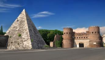 Tutto il fascino e il mistero della Piramide Cestia di Roma
