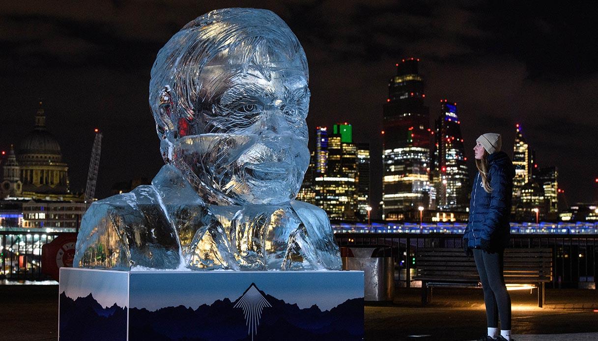 Sir David Attenborough, la scultura di ghiaccio a Londra