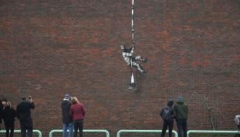 Banksy ci mette la firma. È suo il murales della prigione di Oscar Wilde