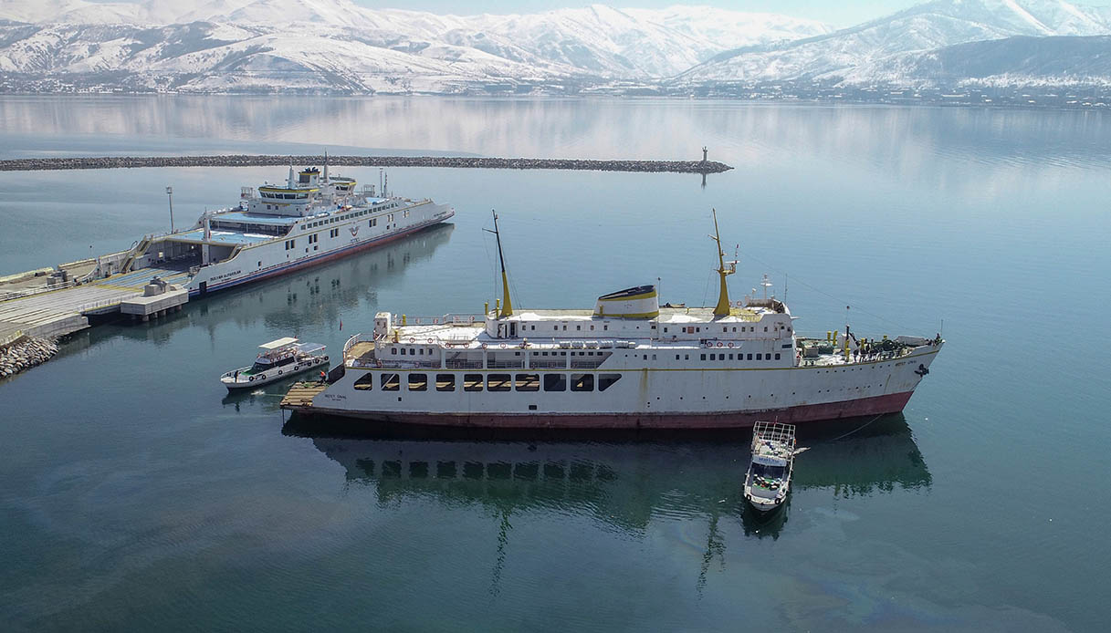 Turchia, sta per nascere un hotel galleggiante sul Lago di Van