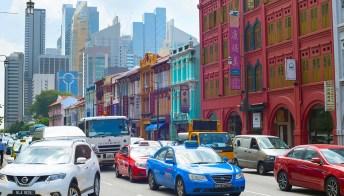 Puoi salire a bordo di un Taxi e scoprire Singapore. Da casa