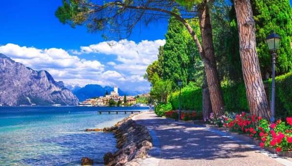 Passeggiate con vista: i migliori paesaggi <b>italiani</b> da osservare camminando