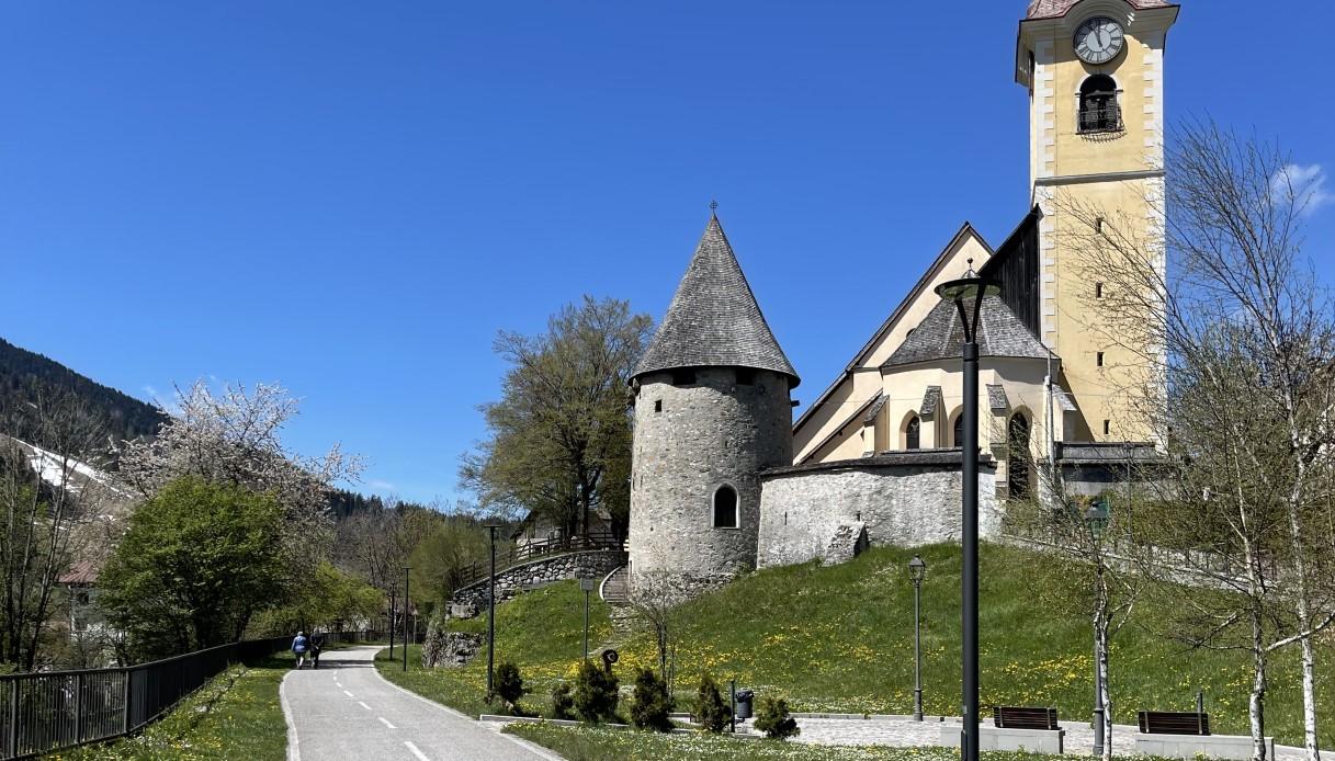 La Ciclovia Alpe Adria nei pressi della Chiesa di Tarvisio