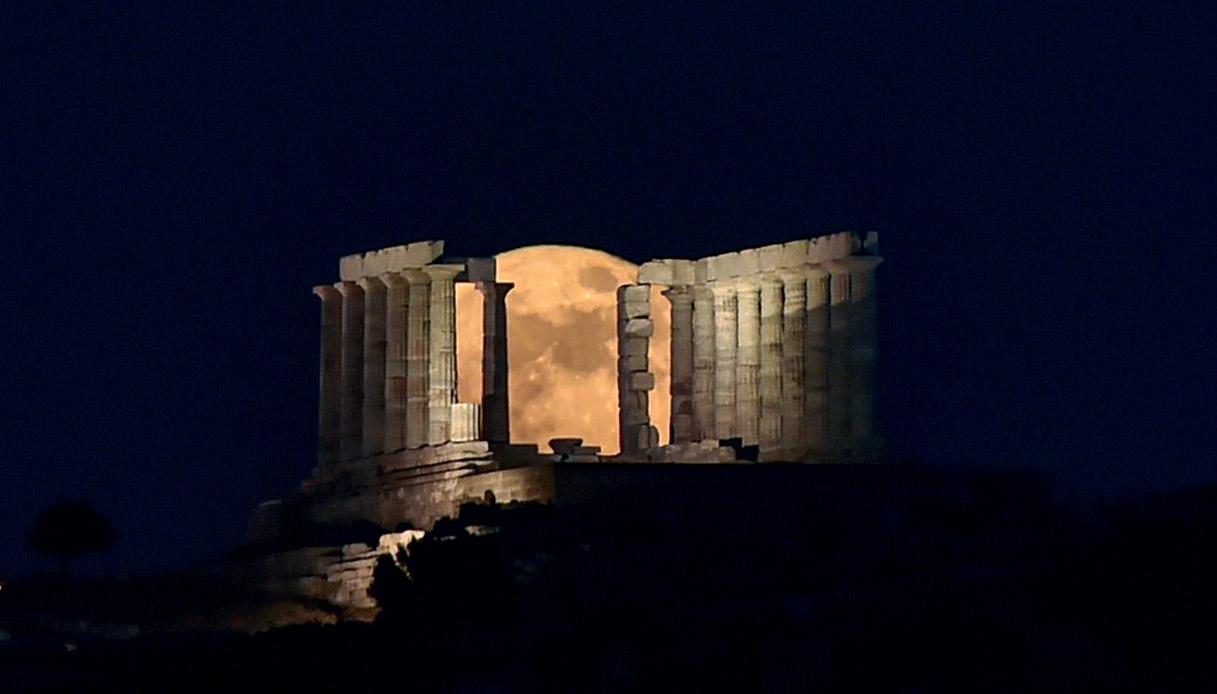 Superluna sopra il tempio di poseidone