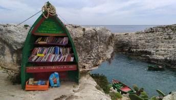 Leggere guardando il mare: la barca trasformata in una libreria