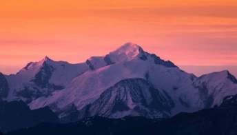 Ammirare il tramonto sulla cima del Monte Bianco