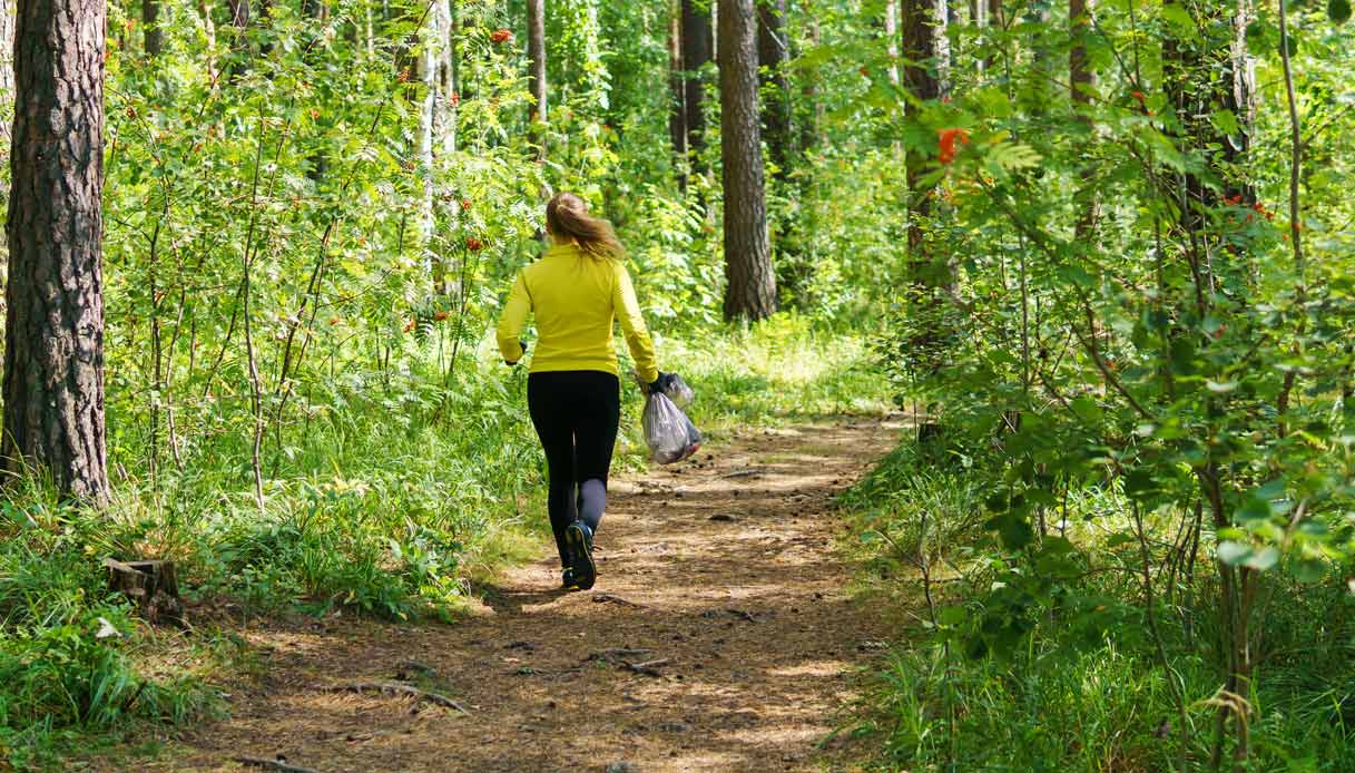 plogging-trekking-raccogliere-rifiuti-natura