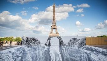 Parigi: sotto la Tour Eiffel compare una scogliera spettacolare