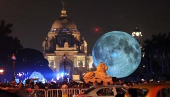 La Luna diventa un'opera d'arte che fa il giro del mondo