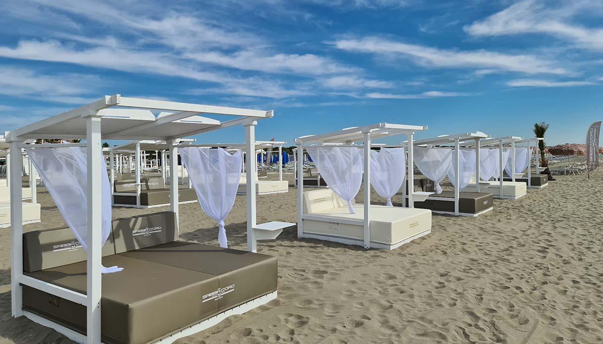 Sabbiadoro beach Club - lettini a baldacchino
