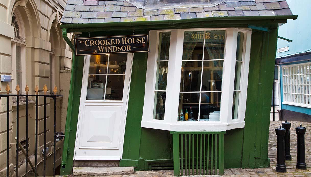 crooked house, sala da tè