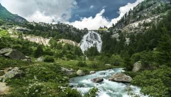Le cascate tra le Alpi italiane, viaggio nella natura più autentica