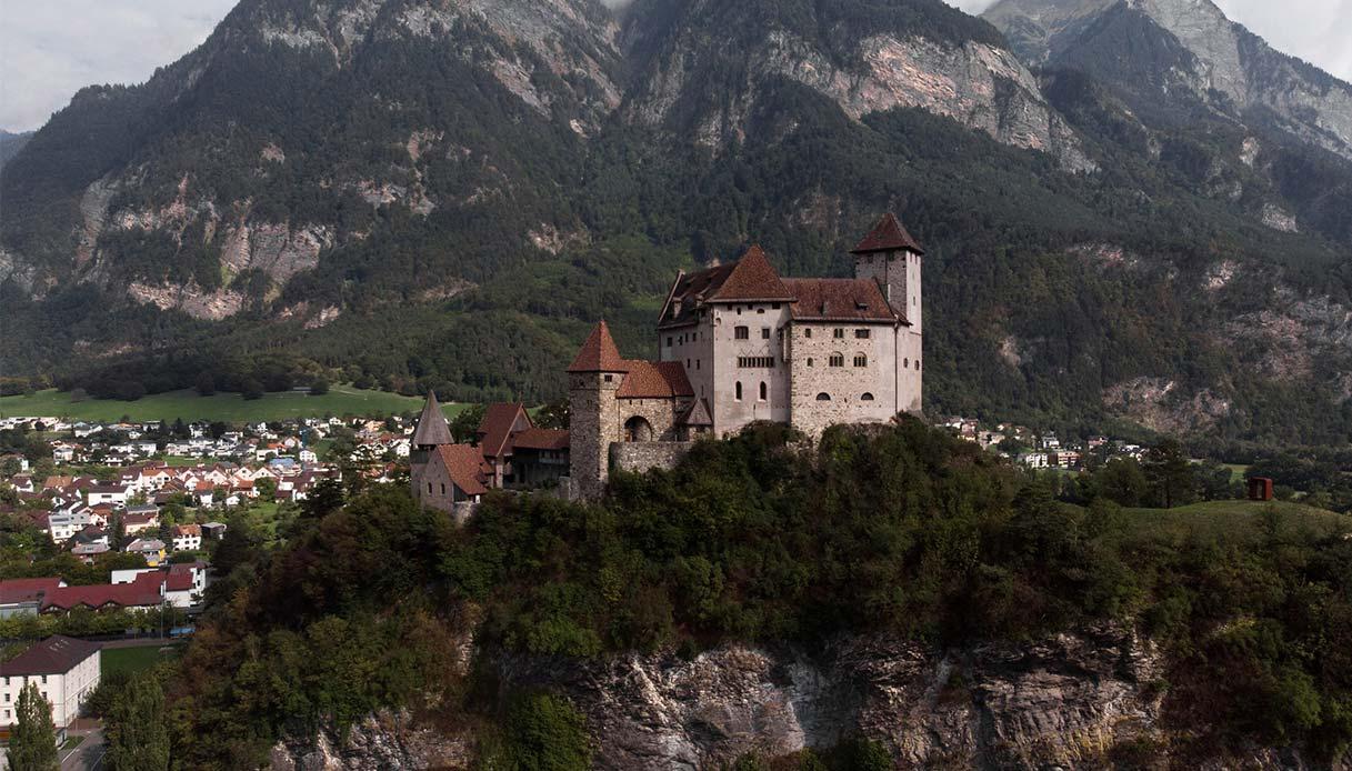 Veduta panoramica del castello medievale di Balzers