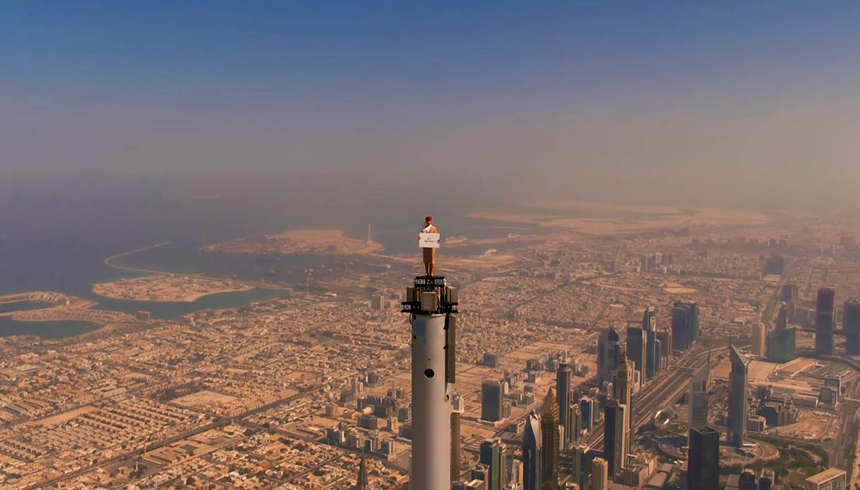 Donna in cima al burj khalifa