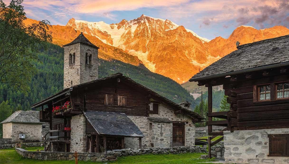 Spettacolare parete est del Monte Rosa all'alba dal pittoresco e caratteristico villaggio alpino di Macugnaga