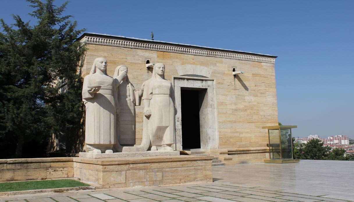 statua donne musoleo ankare