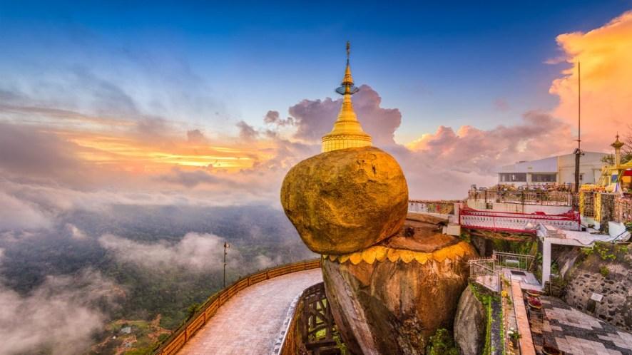 Sul monte Kyaiktiyo svetta una gigantesca roccia d'oro