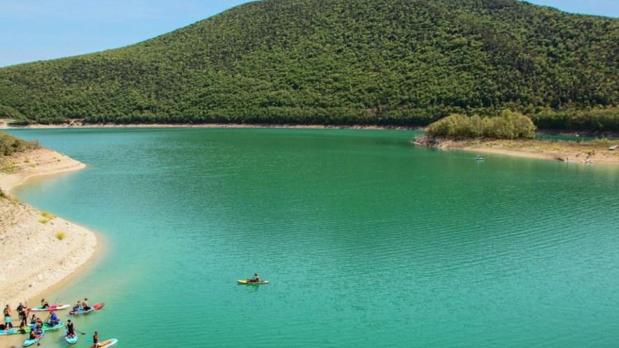 Le acque turchesi del Lago di Cingoli, immerso in un panorama da sogno