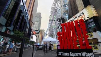 A Time Square c'è una ruota panoramica che offre una vista incredibile